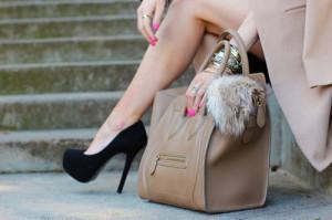 С чем носить бежевую сумку