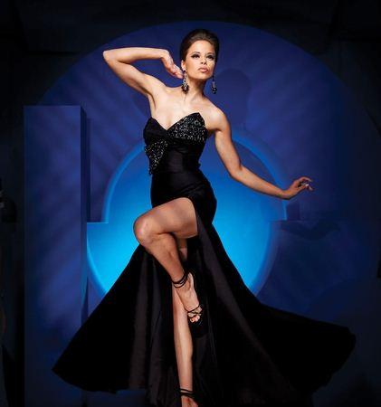Женщина в длинном вечернем платье