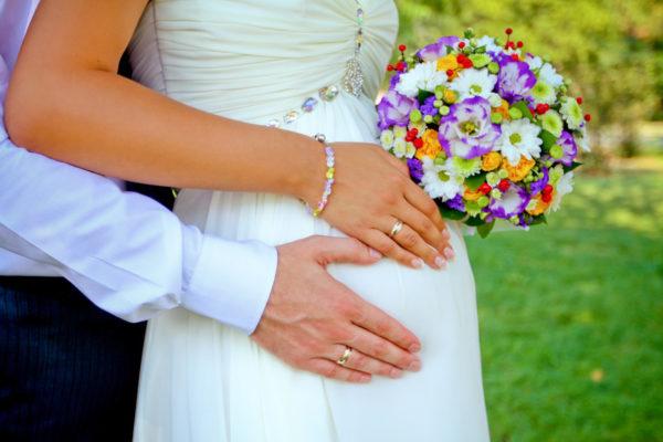 Беременная невеста идеальная в правильном свадебном платье