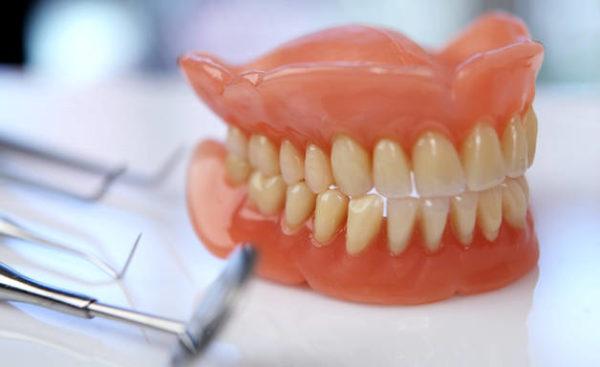 Пластмассовые зубные протезы актуальны в нынешних стоматологиях